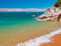 Roca en el mar de la turquesa Imágenes de archivo libres de regalías