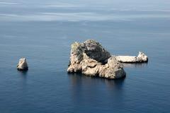 Roca en el medio del océano Imágenes de archivo libres de regalías