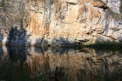 Roca en el río de Nugush Fotos de archivo