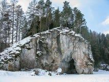 Roca en el río en los arroyos de Olenyi del parque natural en la región de Sverdlovsk foto de archivo libre de regalías