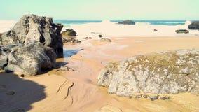 Roca en la costa costa de Océano Atlántico de la playa de Adraga, costa de Portugal almacen de metraje de vídeo