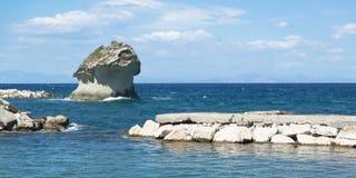Roca en la orilla de Lacco Ameno Foto de archivo libre de regalías