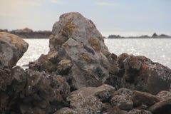 Roca en la orilla de mar Foto de archivo libre de regalías