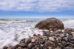 Roca en la orilla del mar Báltico Fotos de archivo libres de regalías