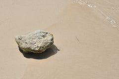 Roca en la playa Foto de archivo