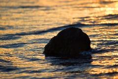 Roca en la playa Imágenes de archivo libres de regalías