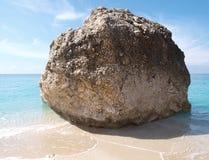 Roca en la playa en la isla Grecia de Lefkas Fotos de archivo