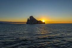 Roca en la puesta del sol, las Islas Galápagos, Ecuador del golpeador foto de archivo