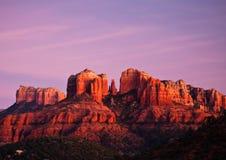 Roca en Sedona, Arizona de la catedral en la puesta del sol Foto de archivo