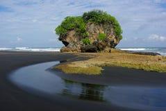 Roca en una playa fotos de archivo libres de regalías