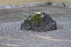 Roca en Zen Garden Foto de archivo