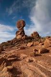 Roca equilibrada en arcos Fotos de archivo