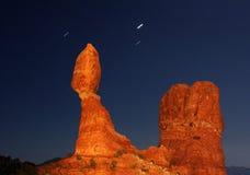 Roca equilibrada en la noche Fotos de archivo