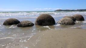 Roca esférica en la playa de Koekohe almacen de video