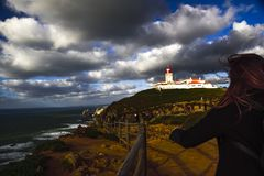 roca för caboda portugal Landskap med fyren Arkivfoton