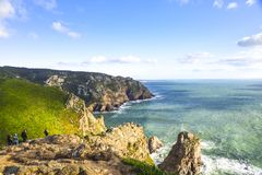roca för caboda portugal Sikt av Atlanten från klippan Arkivbilder