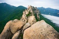 Roca famosa de Ulsanbawi contra las montañas del seorak de la niebla Imagen de archivo