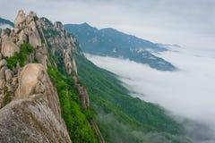 Roca famosa de Ulsanbawi contra las montañas del seorak de la niebla Fotos de archivo