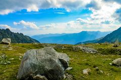 Roca grande alta en las montañas fotos de archivo