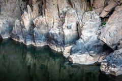 Roca grande bajo caída que muestra después de la disminución del agua foto de archivo libre de regalías