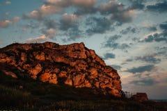 Roca grande en el banco foto de archivo