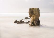 Roca grande en el mar Fotos de archivo