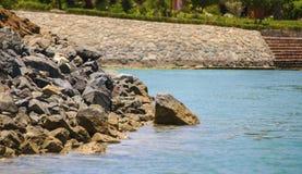 Roca grande en el mar Imagenes de archivo