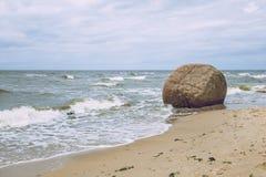 Roca grande en el mar Báltico, Letonia Imágenes de archivo libres de regalías