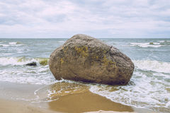 Roca grande en el mar Báltico, Letonia Imagenes de archivo