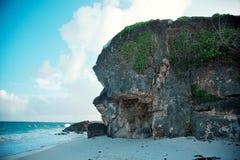 Roca grande en la costa imagenes de archivo