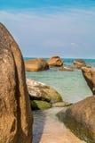 Roca grande en la playa Fotos de archivo
