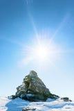 Roca inusual en las montañas nevosas imagen de archivo libre de regalías