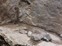 Roca llenada de la dinamita preparada para una voladura Imagenes de archivo