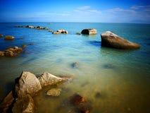 Roca, mar y cielo azul - Penang, Malasia Fotos de archivo