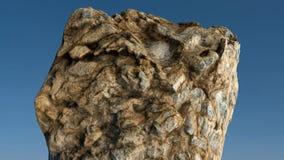 Roca /mountain delante del cielo azul Fotos de archivo