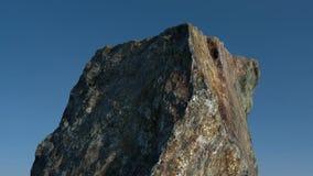 Roca /mountain delante del cielo azul 3d rinden Fotos de archivo libres de regalías