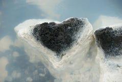 Roca negra geológica de la laguna azul imágenes de archivo libres de regalías