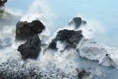Roca negra geológica de la laguna azul imagen de archivo