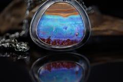 Roca Opal Set Into un colgante imagen de archivo