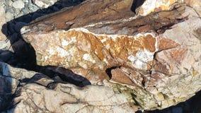 Roca oxidada de la playa imagen de archivo libre de regalías