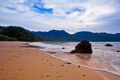 Roca, playa y puesta del sol Imágenes de archivo libres de regalías