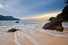 Roca, playa y puesta del sol Foto de archivo libre de regalías