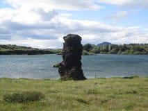 Roca por el lago Fotos de archivo libres de regalías