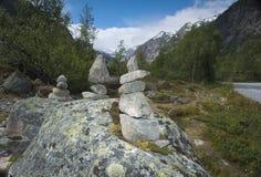 Roca que equilibra en las montañas imagen de archivo