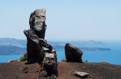 Roca que pasa por alto la caldera de Santorini Imagen de archivo libre de regalías