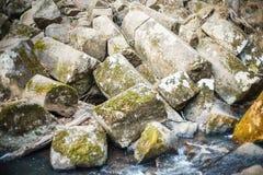 Roca quebrada en el banco de la corriente Piedras naturales imagen de archivo libre de regalías