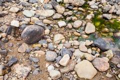 Roca redonda en el río Fotos de archivo libres de regalías