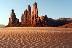 Roca roja y duna de arena ondulada Imagen de archivo libre de regalías