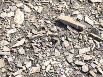 Roca rota en una cama de río seca Foto de archivo