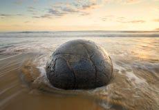 Roca sedimentaria en la playa, cantos rodados de Moeraki Foto de archivo